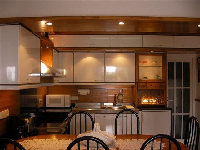 """""""Alquiler de vacaciones en la Costa Brava"""" la cocina con mesa y sillas."""