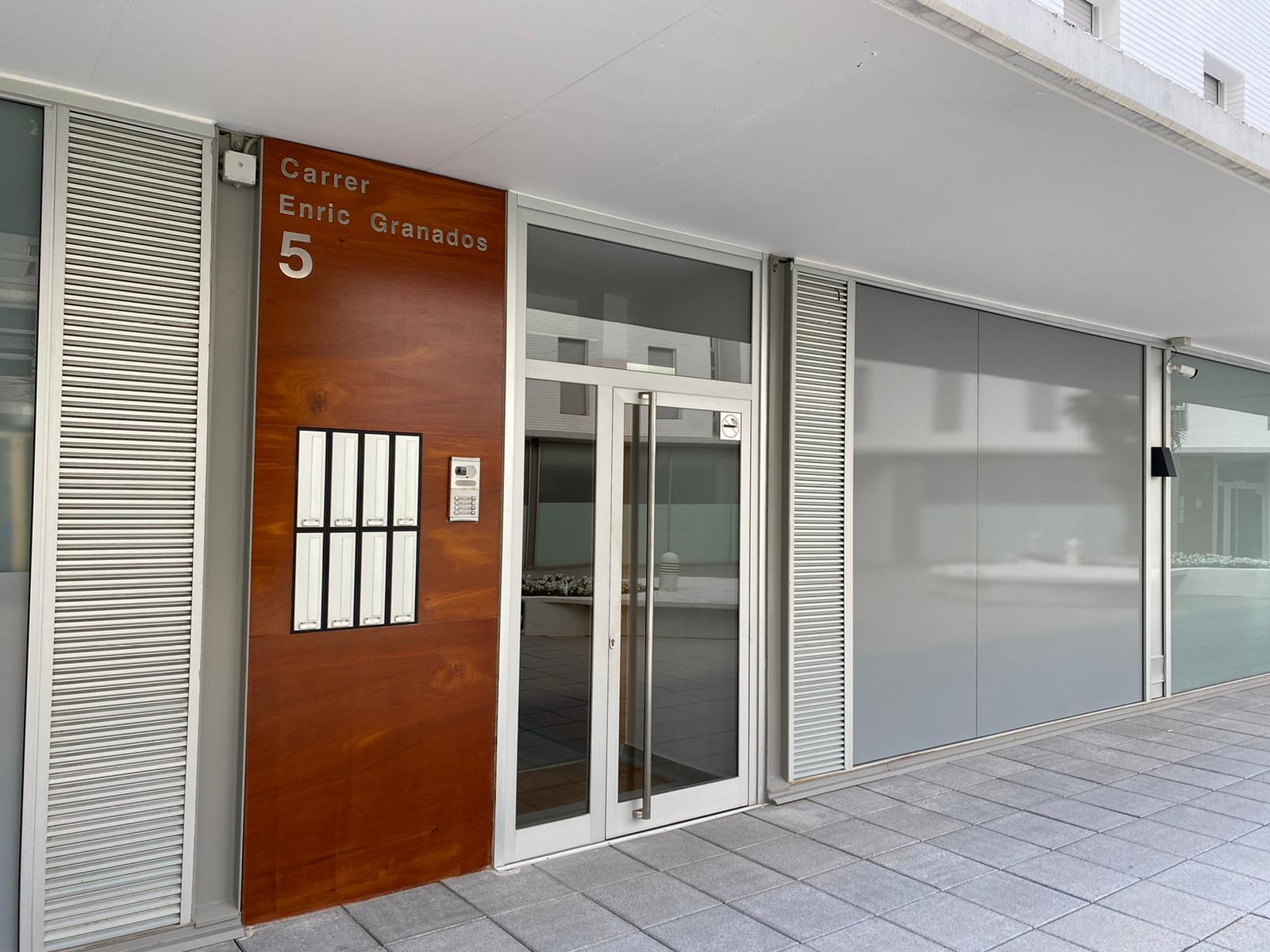Puerta de la escalera del apartamento