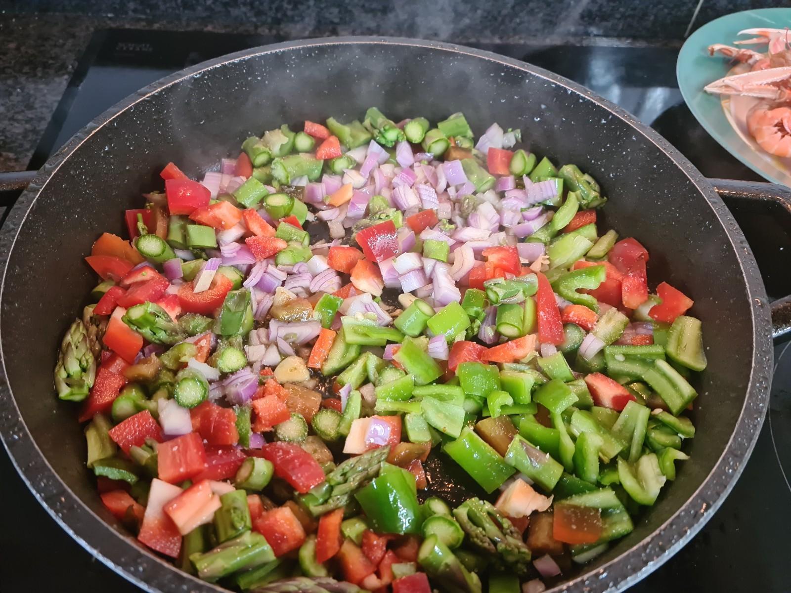 Añadimos las verduras menos los champiñones y el calabacín