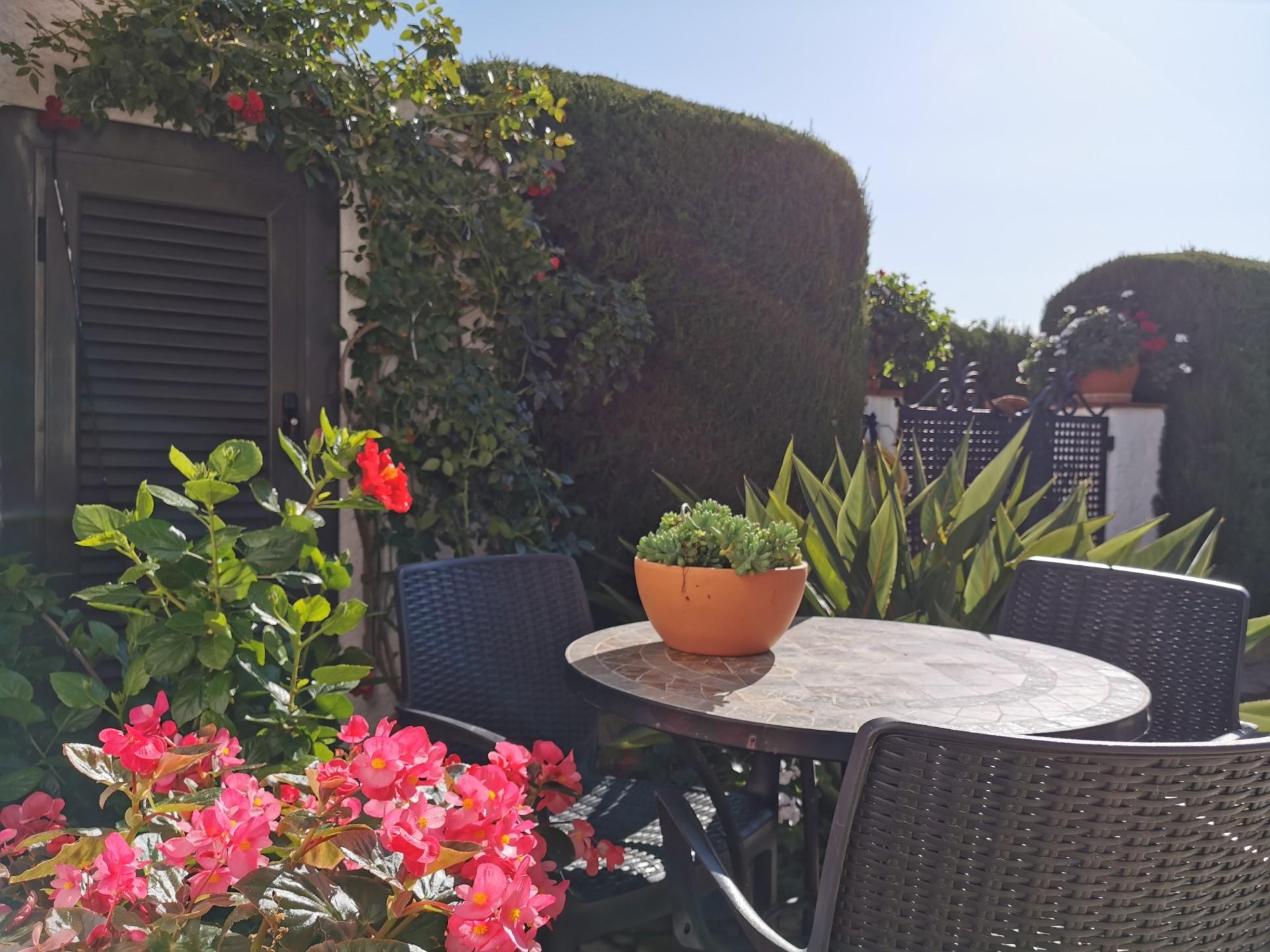 Table dans le jardin