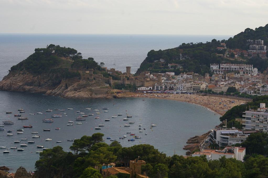 """""""Alquiler de vacaciones en la Costa Brava"""", foto de """"Tossa de Mar"""" con su castillo."""