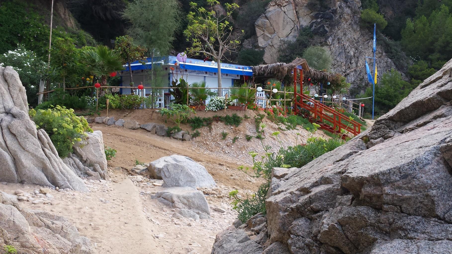 Bar coctelería en la playa, Mar azul
