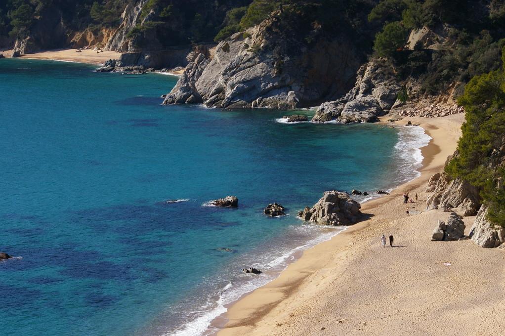"""""""Alquiler de vacaciones en la Costa Brava"""" preciosa foto con la vista de toda la playa."""