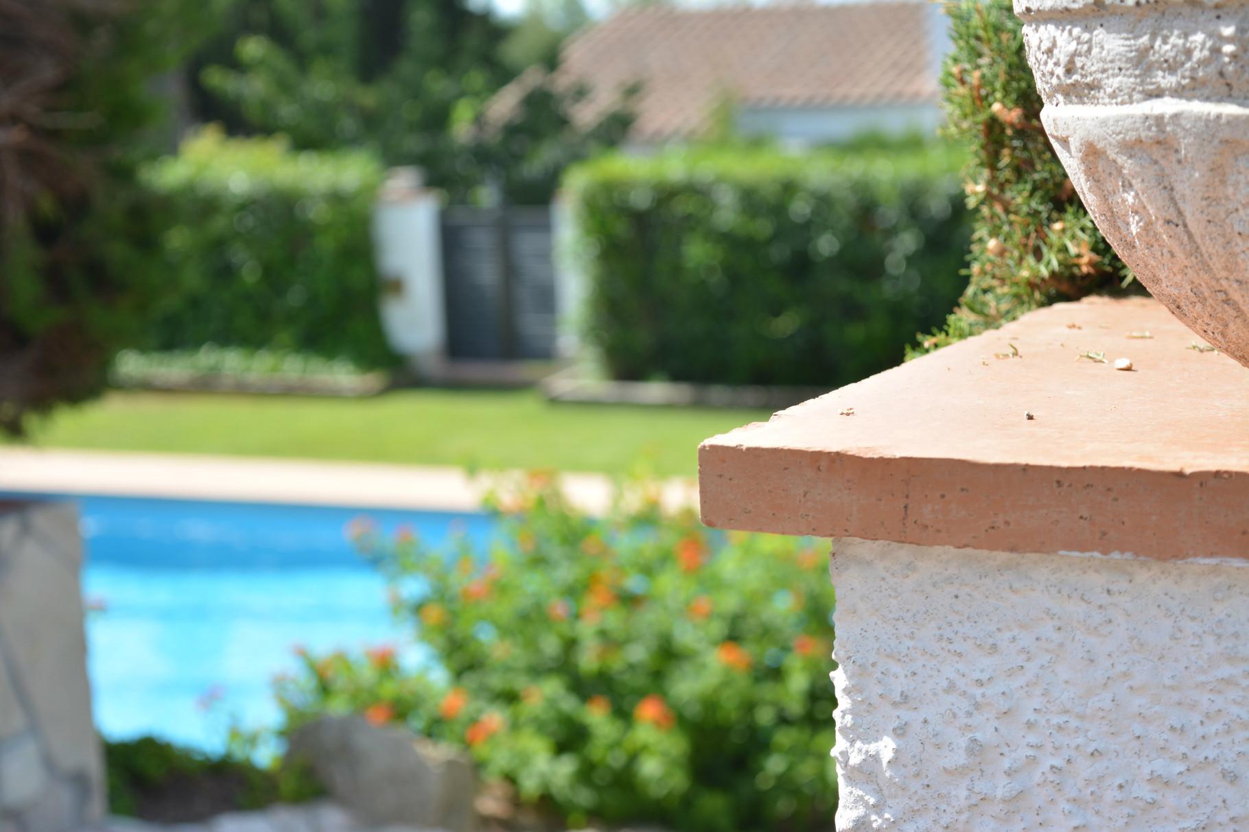 vista de la piscina desde la casa