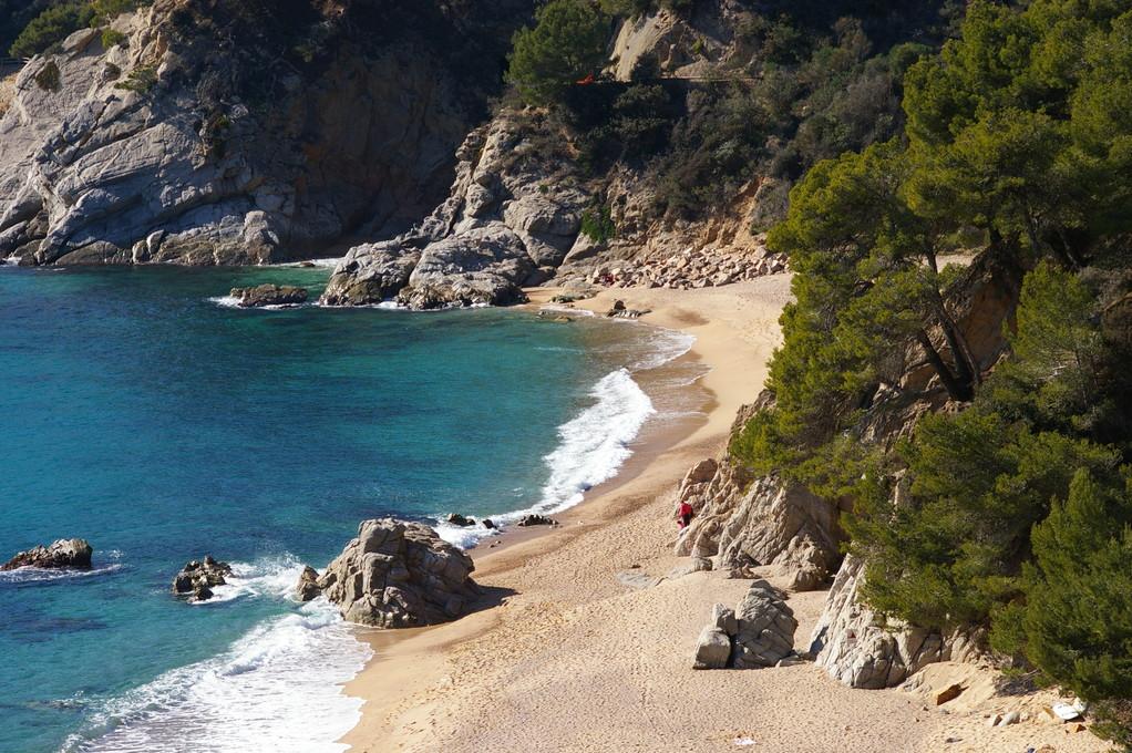 """""""Alquiler de vacaciones en la Costa Brava"""" foto de la playa con sus calas de """"Santa María de Llorell""""."""
