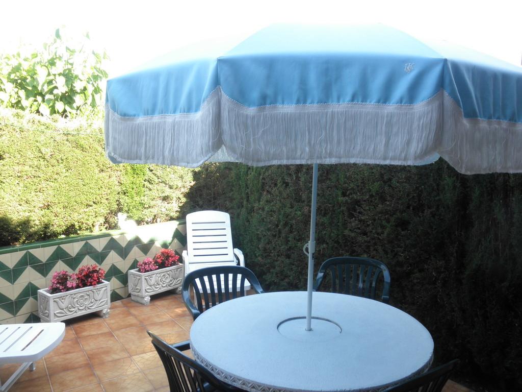 """Mesa del jardín de casa CB 19 en """"casa, alquiler, vacaciones, Costa, Brava, Girona"""""""