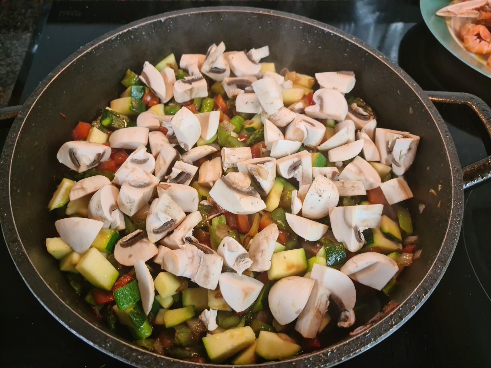 Una vez rehogada las verduras añadimos primero el calabacín y seguido los champiñones