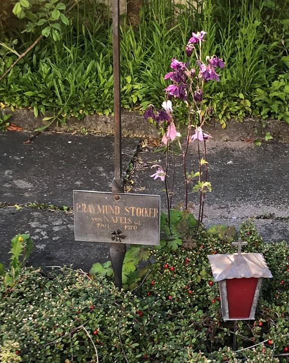 """Grab  von P. Raymund Stocker, """"Römi"""", Präfekt der Klosterschule Mariaburg Näfels auf dem kleinen Friedhof des Franziskanerklosters"""