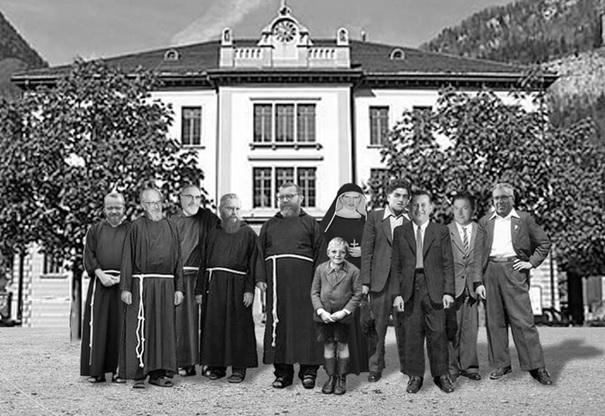 Fotomontage: Vor dem Dorfschulhaus mit allen Lehrern, die ich hatte, vom Kindergarten bis und mit der Klosterschule Mariaburg. (Montage: Willy Niederer)