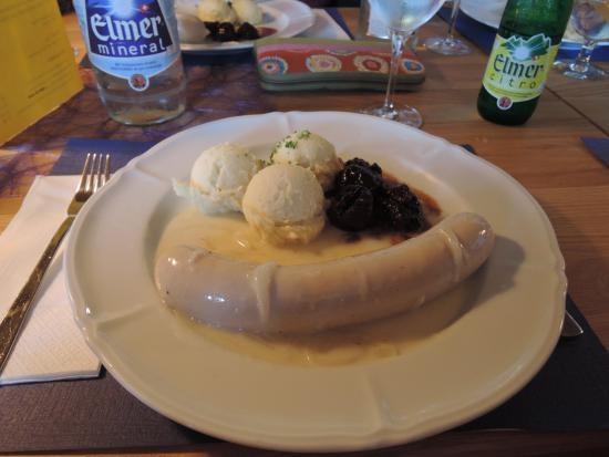 """...und dann gibt's das """"Landsgemeindemenü"""" (oder """"Fahrtsmenü""""): Glaarner Chalberwuurscht mit Härdöpfelschtogg, tüür Zwätschgä und ämä Bölläsöösäli. (Foto: unbekannt)"""