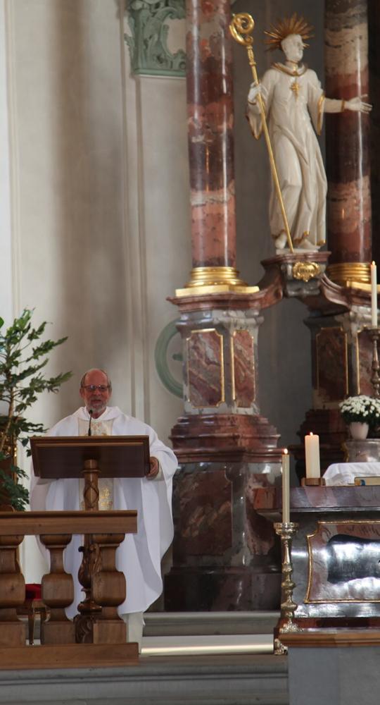 P. Othmar Landolt predigt in seiner Heimatgemeinde anlässlich seines 40-Jahr-Priesterjubiläums.