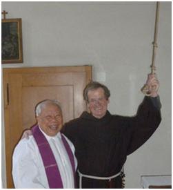 """Br. Antonio Fehr OFM, """"Mädchen für alles"""" im Franziskanerkloster Näfels (1939-2016). Er beherrschte das Läuten mit dem Glockenseil vortrefflich. Hier bei der Instruktion des Läutens. (Foto: Klosterarchiv)"""