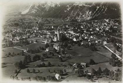 Näfels um  1919, Luftaufnahme aus nordöstlicher Richtung. Fotograf Walter Mittelholzer (Quelle: www.wikipedia.ch < Näfels)