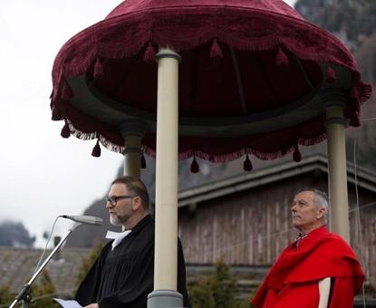 """Bild oben: Vor der Predigt. Bild unten: Am Ende der Predigt! Nach der Predigt sind wir andere, als  wir vor der Predigt waren. (Foto: Sasi Subramaniam """"Südostschweiz-Glarus )"""