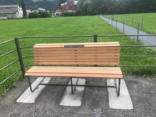 Diese nagelneue Bank steht vor dem Schlachtdenkmal im Sàndlen und ist eine Geste des Gemeinderats Glarus-Nord zu 10 Jahr-Jubiläum der Gemeinde Glarus Nord.