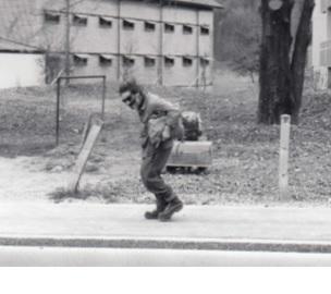 """Eine der letzten Aufnahmen von Schtäi-Sepp zu seinen Lebzeiten, vermutlich im Herbst/Winter 1982/83. Auf """"Hausierertour"""" in Oberurnen. (Aufnahme Urs Noser, Oberurnen)"""
