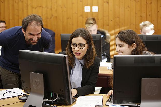 Urs Hauser, Näfels/Oberurnen, ETH, instruiert die Bildungsministerin Dominique Gantenbein, Fürstentum Liechtenstein. (Quelle: Radio Liechtenstein, Vaduz)