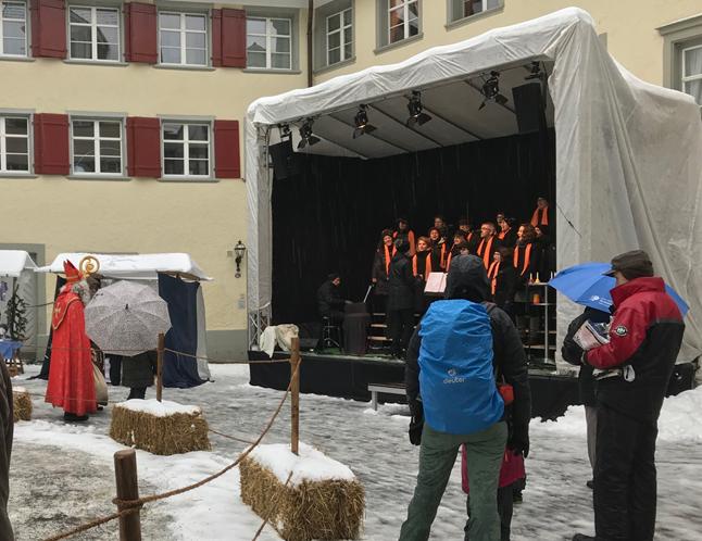 """Der Samichlaus lauscht dem Gospelchor von NIederuzwil auf dem """"Goldenen Boden"""""""