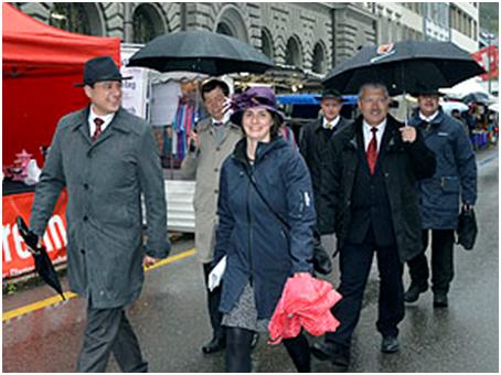 Landsgemeinde 2017, Einmarsch des Landratsbüros ins Rathaus. Links Mathias Zopfi, noch Landratsvizepräsident, Mitte, Susanne Elmer-Feuz, LR-Präsidentin, rechts Bruno Gallati.