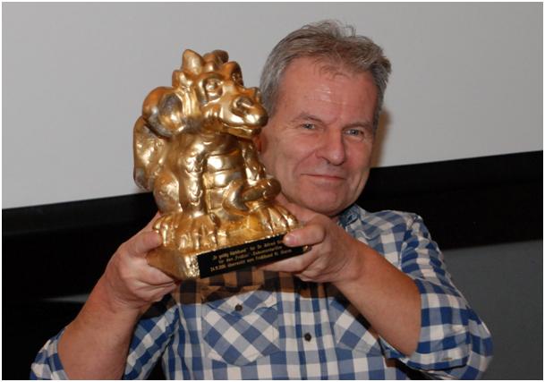 """Dr. Alfred Graf erhielt den """"goldigä Gärbihund"""" als Trophäe für den geschaffenen """"Fridlini""""-Dokumentarfilm"""