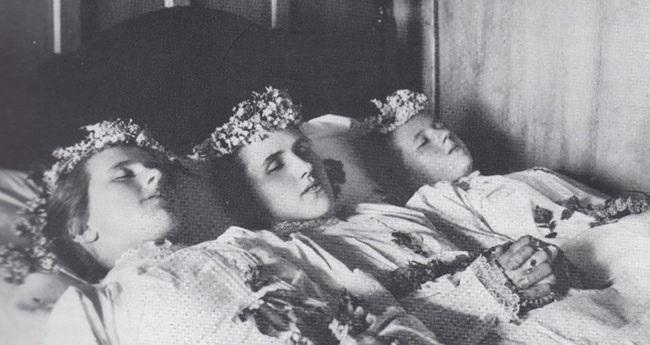 Die am Pfingstmontag 1931 ertrunkenen Mädchen im Bett, aufgebahrt im Vaterhaus hinter der Rauti.