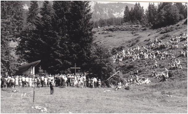 """""""Full house"""" am Gottesdienstplatz - viele wichen aus auf die """"Empore"""". (Bild: aus der PPP """"Obersee-Staafel, Ein kleines Näfelser Paradies"""")"""