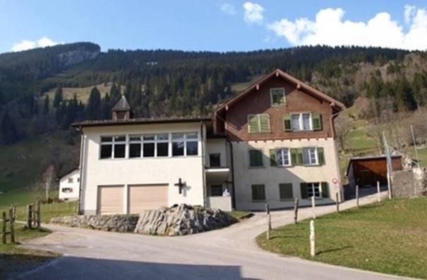 Bergschulhaus mit Erweitungsbau und Bruder Klausenkapelle, das Türmchen ist verschwunden, dafür ein Türmchen auf dem Dach.