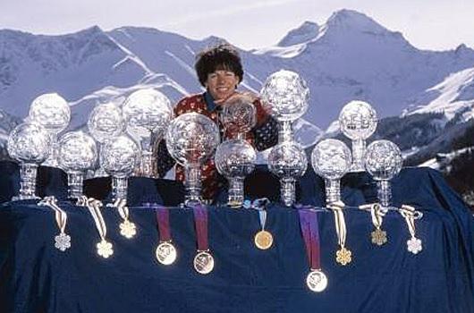 Vreny Schneider mit ihren Pokalen am Laufmeter. (Foto: glarus24.ch)