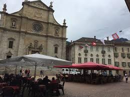 Unter den roten Dächern gab es einen kühlenden Trunk. Ort der Begegnung mit Moni und Rolf.