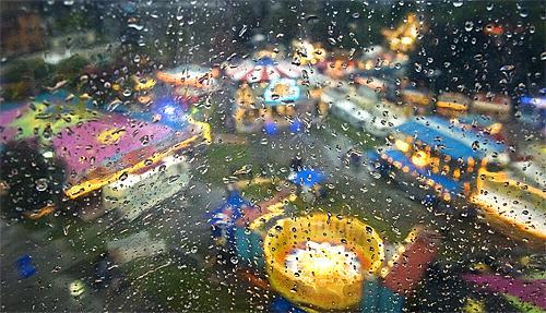 Am gleichen Tag fand auch bei miesem Wetter das Zürcher Knabenschiessen statt. Quelle: www.nzz.ch/nachrichten/zuerich/bildstrecke/zuercher_knabenschiessen-1.832338#lg=1&slide=2