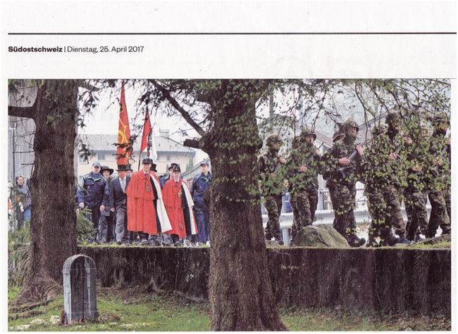 """Der Regierungsrat auf """"Abwegen"""" - wegen der Renitenz des Liegenschaftsbesitzers entschloss sich der Regierungsrat vom Fahrtsweg entlang der elf Gedenksteine beim vierten abzuweichen und lediglich auf der Strasse vorbeizuschreiten. (Foto: Südostschweiz-GL)"""
