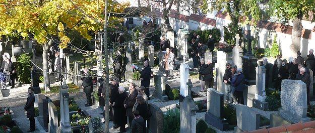 An Allerheiligen kehren viele Weggezogene ins Heimatdorf zurück zur Allerheiligenfeier und zum Gräberbesuch und zum Besuch bei Verwandten und Bekannten.