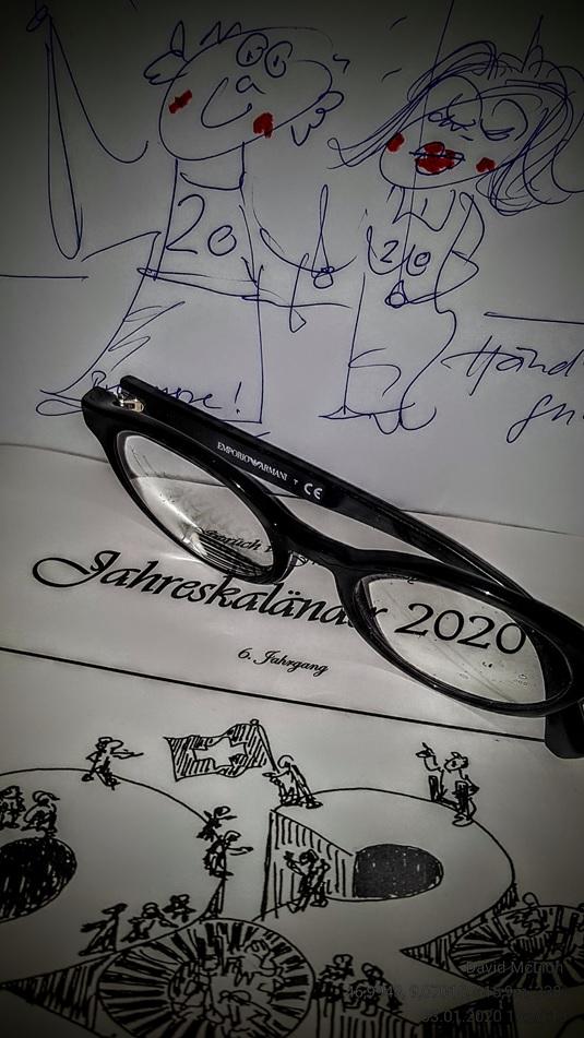 """Das obige Bild ist eine gestaltete Rückantwort auf die Zustellung des """"Jahreskaländes 2020"""" von David McLion, ene Fotomontage aus  Couvert und Schrift mit der originellen Idee, das neue Jahr druchs Brillenglas zu betrachten. (Foto: an E-Mail)"""