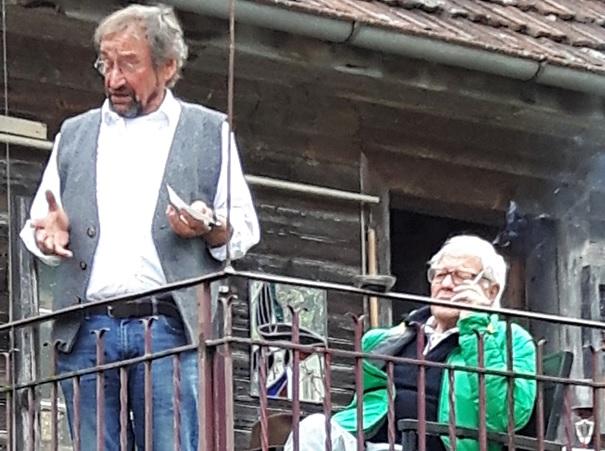 """""""Künstler""""-Treff bei Herbi Leiser in Obstalden am Samstag, 21. Oktober 2017. """"Herbi"""" bei seiner """"Festrede"""" zur Einweihung von Skulpturen, und  Bertram sitzend."""