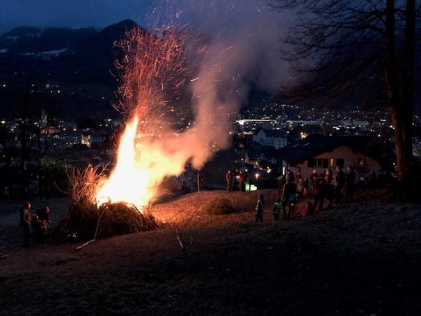 Fridlisfüür uff dr Sagäwisä! Blick von oben auf Dorf und Molliser Berge. (Fotos: Cyrill Schwitter, Näfels)