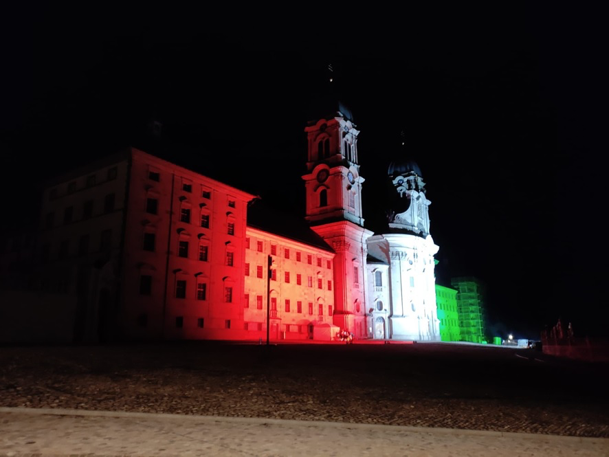 Klosterfront, illuminiert in den Farben des Schweizerischen Studentenvereins (Foto: Markus Hauser v/o Perdu)