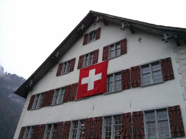 Die Schweizerfahne kommt aus Näfels! Das weisse Kreuz im roten Feld hat wiederentdeckt und als Feldzeichen eingeführt: General Bachmann. Es wurde als Schweizerfahne vom Bundesstaat übernommen.