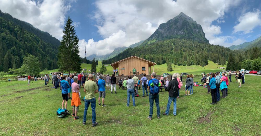 """Obersee-Gottesdienst vor den Neubauten des """"Karlsbades"""". Pfarrer Harald Eichhorn zelebriert in grünen Messkleidern die Messe. Er erteilte den Alpsegen und segnete die Neubauten ein."""