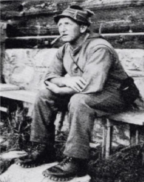 Wildhüter Heinrich Marazzani vor seiner Wildhüter-Hütte