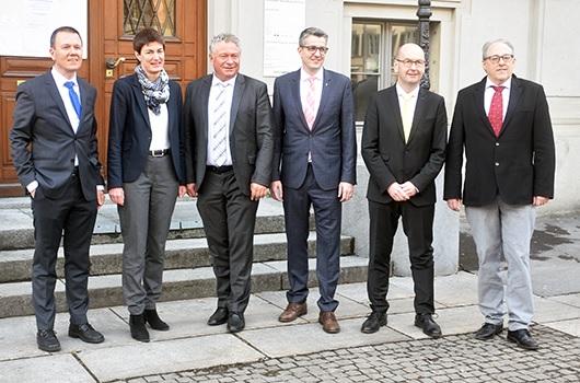 """""""Frisch gewählt"""" - v. l. n. r.:  Dr. Rolf Widmer,  Landammann, Marianne Lienhard, Dr. Andrea Bettiga, Landesstatthalter, Benjamin Mühlemann, Kaspar Becker (neu), Hansjörg Dürst, Ratsschreiber. (Foto: glarus24.ch)"""