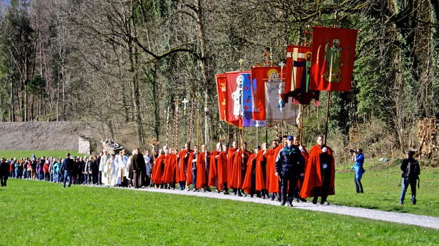 Katholischer Prozessionsteil mit Kreuz und Fahnen und der Geistlichkeit. (Foto: Sasi Subramanian /Südostschweiz Glarsu)