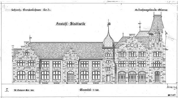 """Das Stadt Glarner Bahnhofgebäude ist nach wie vor ein ansehnlicher Repräsentationsbau mit einer speziellen Ausstrahlung. Die Planzeichnung """"Stadtseite"""" stammt aus dem Mai 1902."""