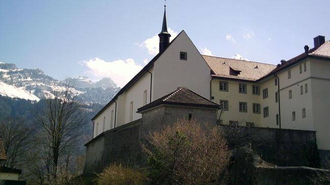 Vom kleinen Türmchen erklingt das Klosterglöcklein täglich mehrmals. Kloster Näfels: 1675 bis 1986 Kapuzinerkloster, ab 1986 Franziskanerkloster. (Foto: Klosterarchiv)