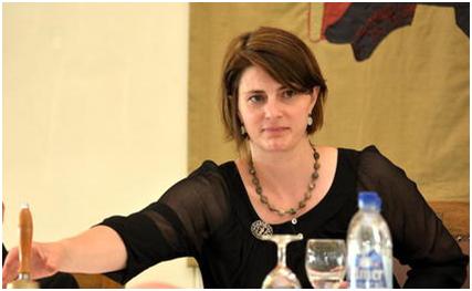 Ein letztes Mal lässt sie die Landratsglocke erklingen: die scheidende Landratspräsidentin Susanna Elmer-Feuz.