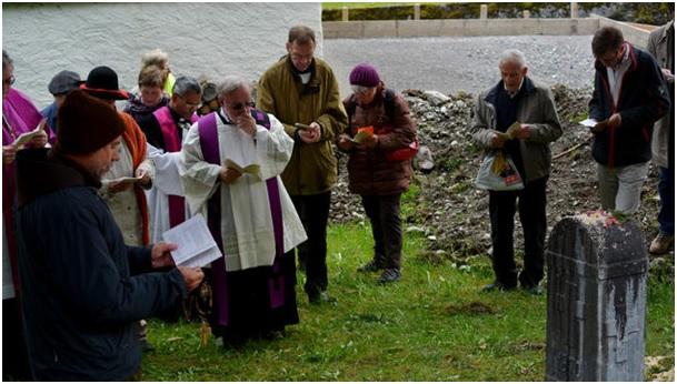 Die Geistlichen liessen sich nicht beirren und kraxelten trotzdem über Schutthaufen und Geröll zum vierten Gedenkstein. (Foto: Daniel Fischli, Südostschweiz-GL)