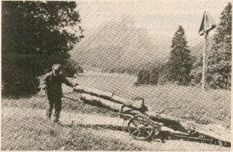 """""""Schtäi-Sepp"""" mit Rolle am Grappliweg mit Blick auf Brünneler und Obersee. (Bildqualität lässt zu wünschen übrig, da aus der Zeitung kopiert)"""