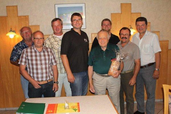 """Mitglieder des """"Forum Platt"""" gratulierten Gründungsmitglied Pfeifer zum runden Geburtstag. Foto: ds"""