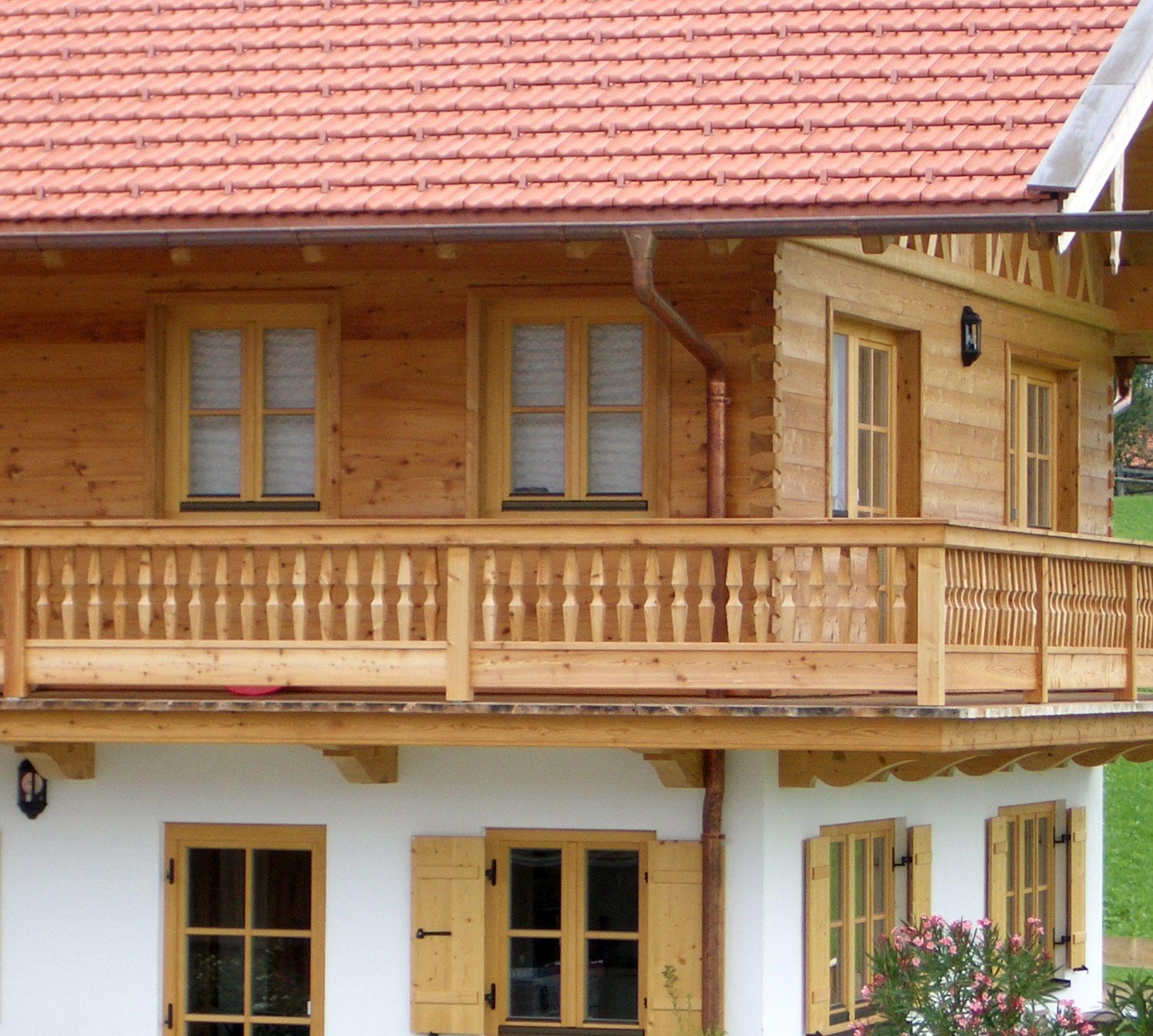 Balkon und Blockwandschalung aus Lärchenholz