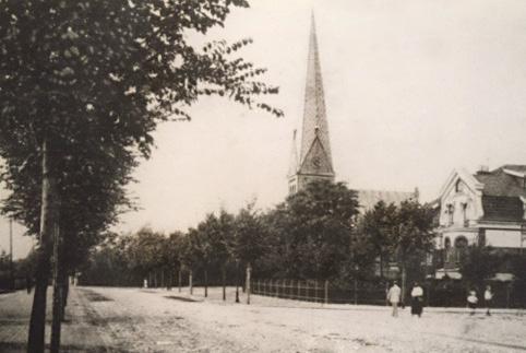 Blick auf die alte St- Lukas Kirche mit dem Spitzturm - der Erdkampsweg war noch ein Weg