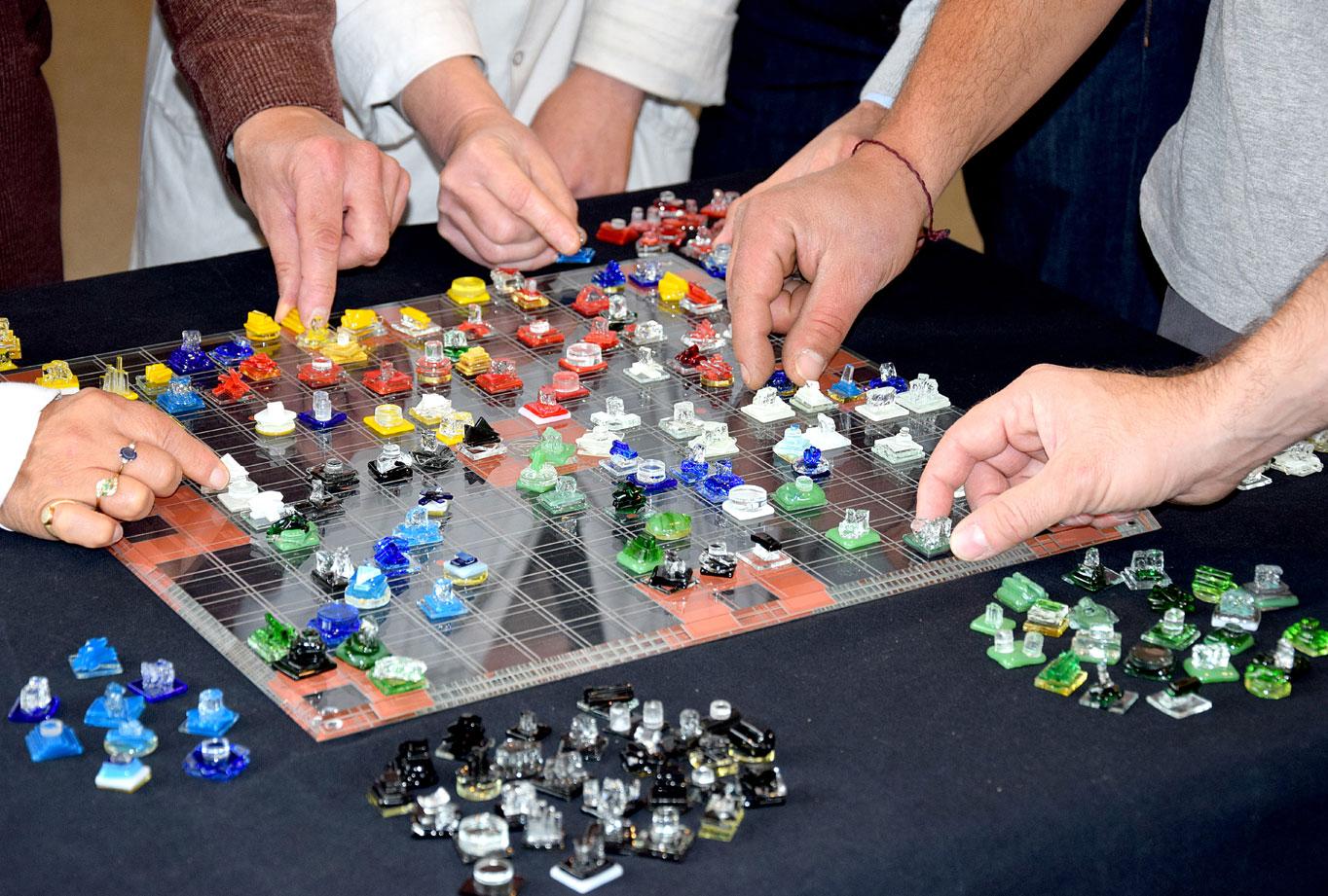 Le plateau est en verre gravé, sablé et laqué. Cet exemplaire unique du jeu Abak devrait rejoindre le futur Musée des mathématiques de Paris (ouverture prévue en 2020).